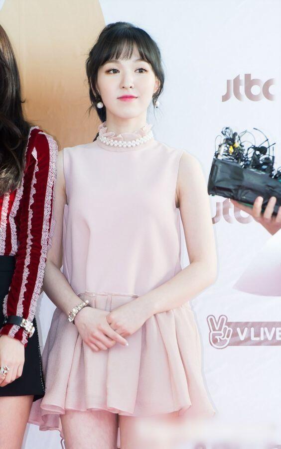 7 Style Feminim ala Member Red Velvet, Cocok untuk OOTD!