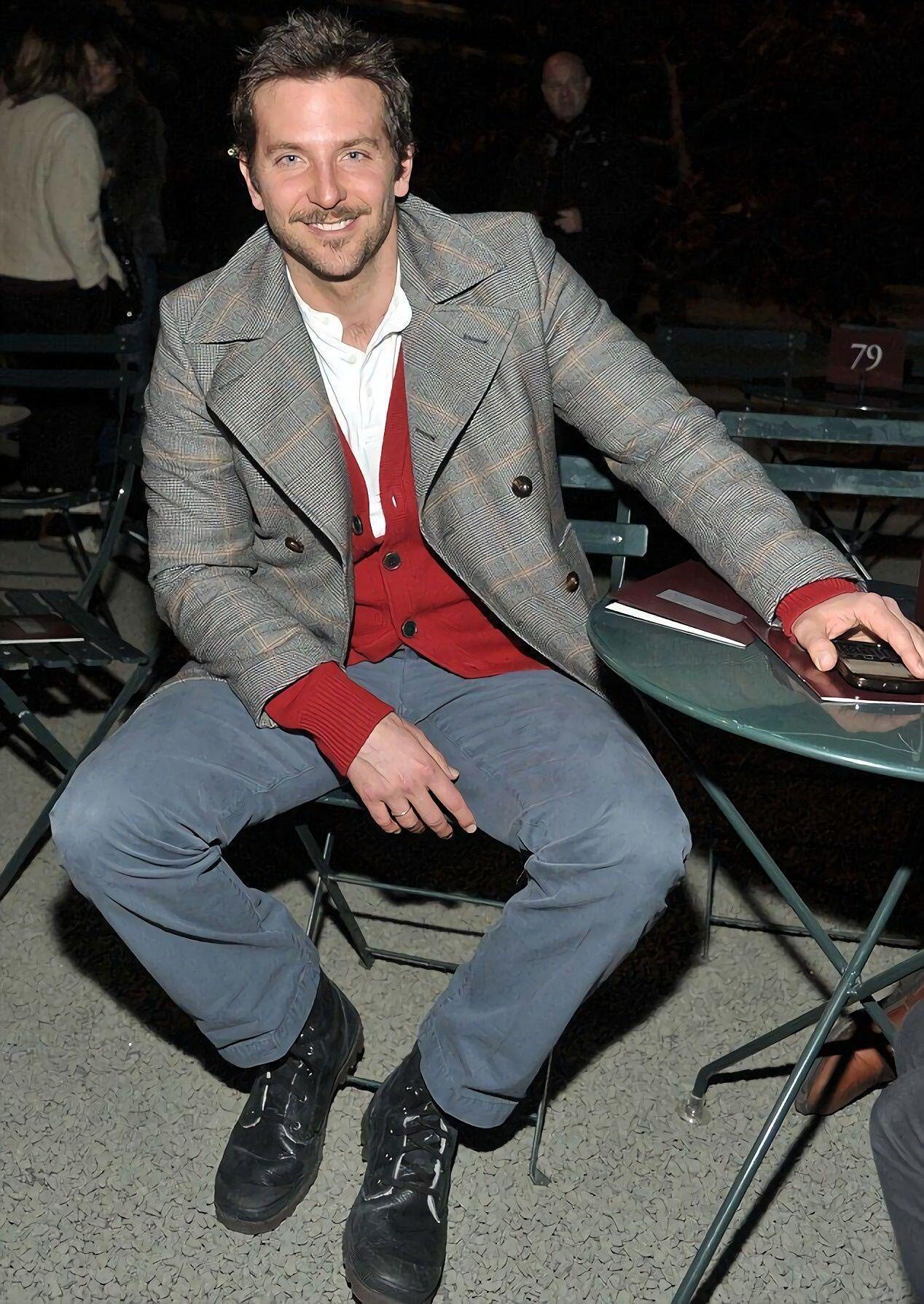 9 Gaya Outfit ala Bradley Cooper, Manly Abis Nih!
