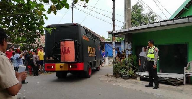 Bom Meledak di Pasuruan, Belasan Polisi Bersenjata Lengkap Bersiaga