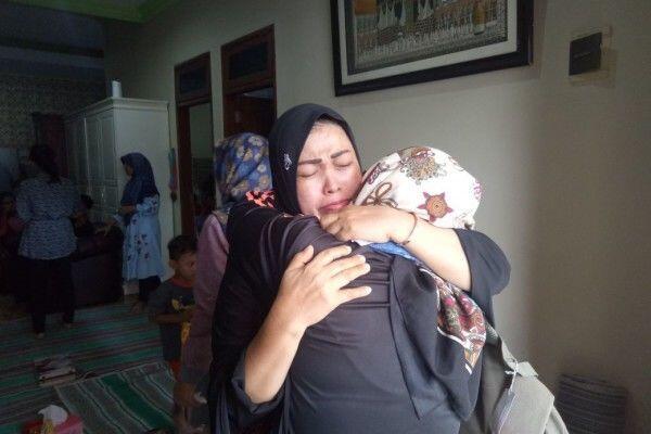 Tangisan Warnai Kedatangan Jenazah Korban KM Lestari Maju di Sidoarjo