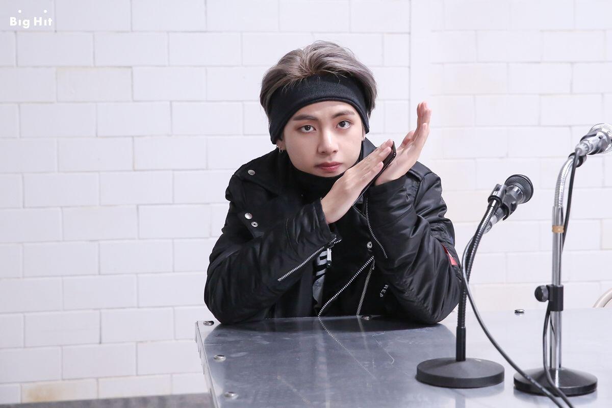 11 Potret Cool V BTS Pakai Headband, Bisa Jadi Inspirasi Nih!