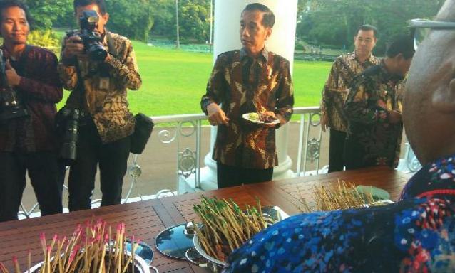 Saat Jokowi Ajak Bupati Makan Sate di Beranda Istana Bogor