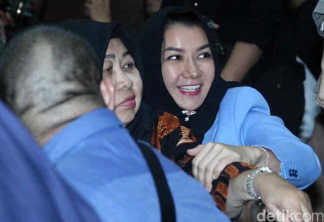 Ekspresi Bupati Rita Jelang Sidang Vonis