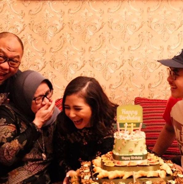9 Potret Kejutan Manis Prilly di Ulang Tahun Sang Ibu, So Sweet!
