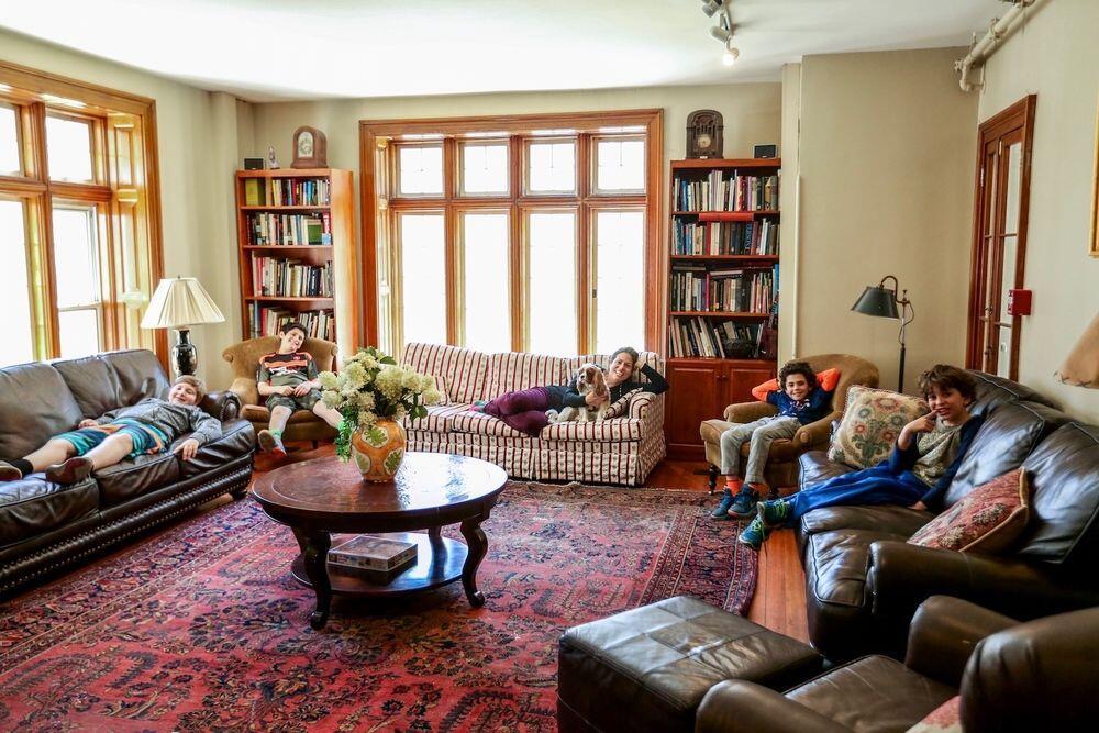 6 Kelakukan Unik Masa Kecil Saat Ada Tamu di Rumah, Pernah Alami?