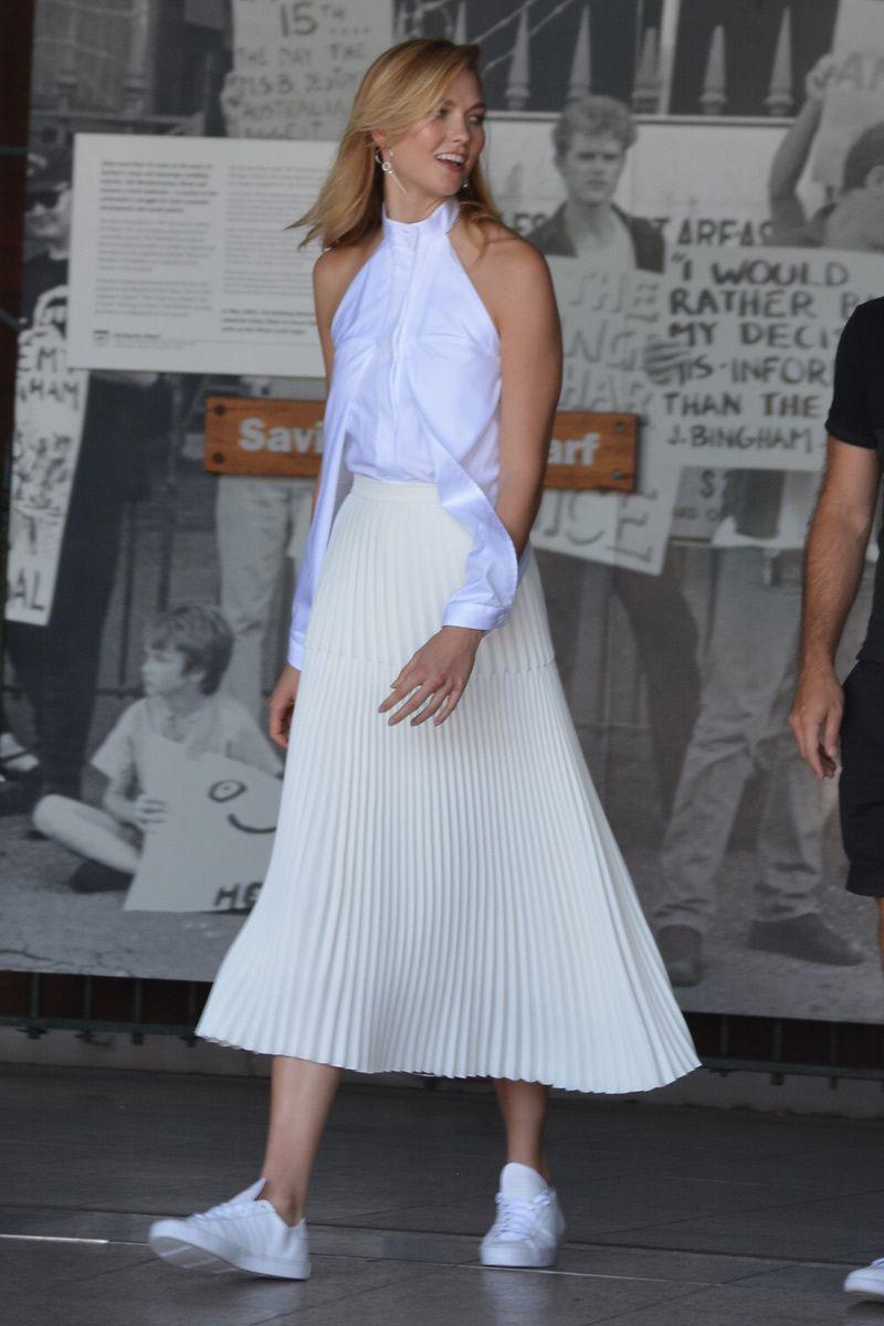 Intip 8 Gaya Modis Mix-Match Midi Skirt dari Karlie Kloss