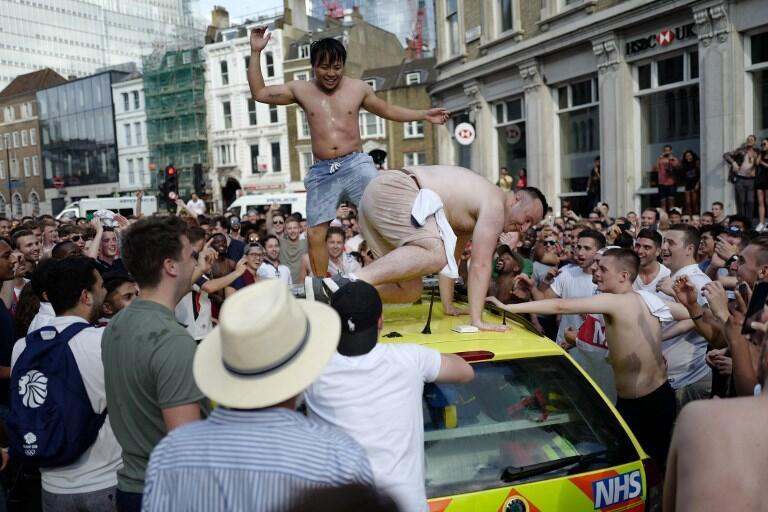 """Fans Inggris HEBOH!,""""CEWEK SEKSI"""" Joget diatas AMBULAN dan loncat dari BUS!"""