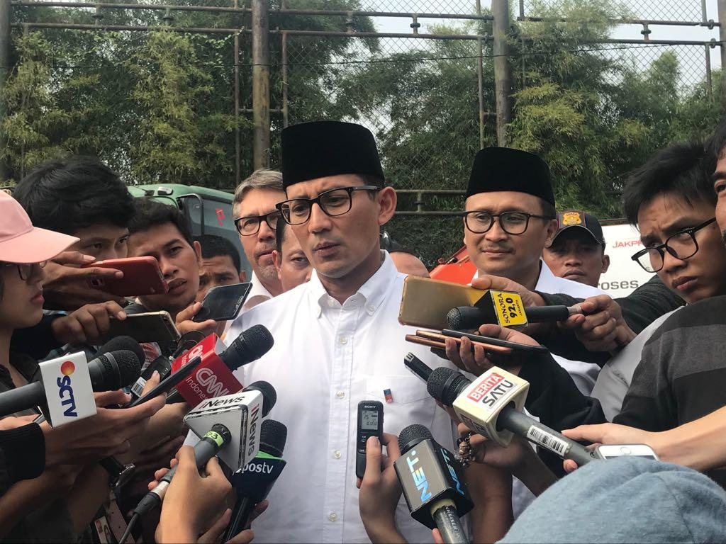 Jelang Asian Games, Sandiaga Tinjau Trotoar Rusak Naik TransJakarta