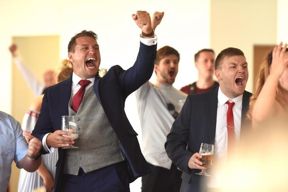 Ini Cara Unik Penggemar Inggris Menonton Laga Inggris vs Swedia