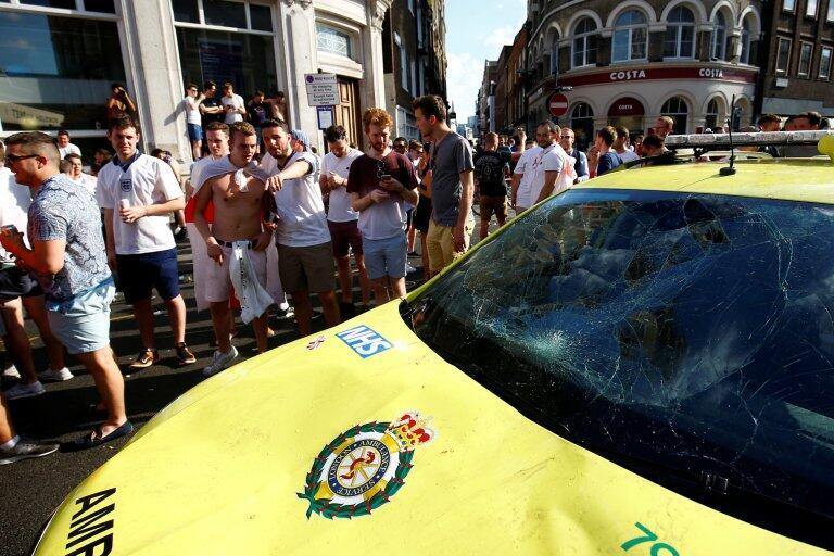 "Nah Loh! Supporter Cewek CANTIK Yang ""MERUSAK"" Mobil Ambulan DICARI POLISI!"