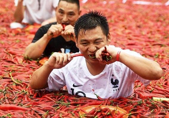 Pedas! Pria China Lahap 50 Cabe di Kolam Penuh Cabe