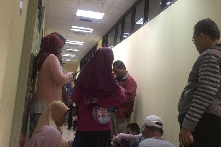 Orangtua Antre Mengadu hingga Menangis karena Gagal Daftar PPDB Depok