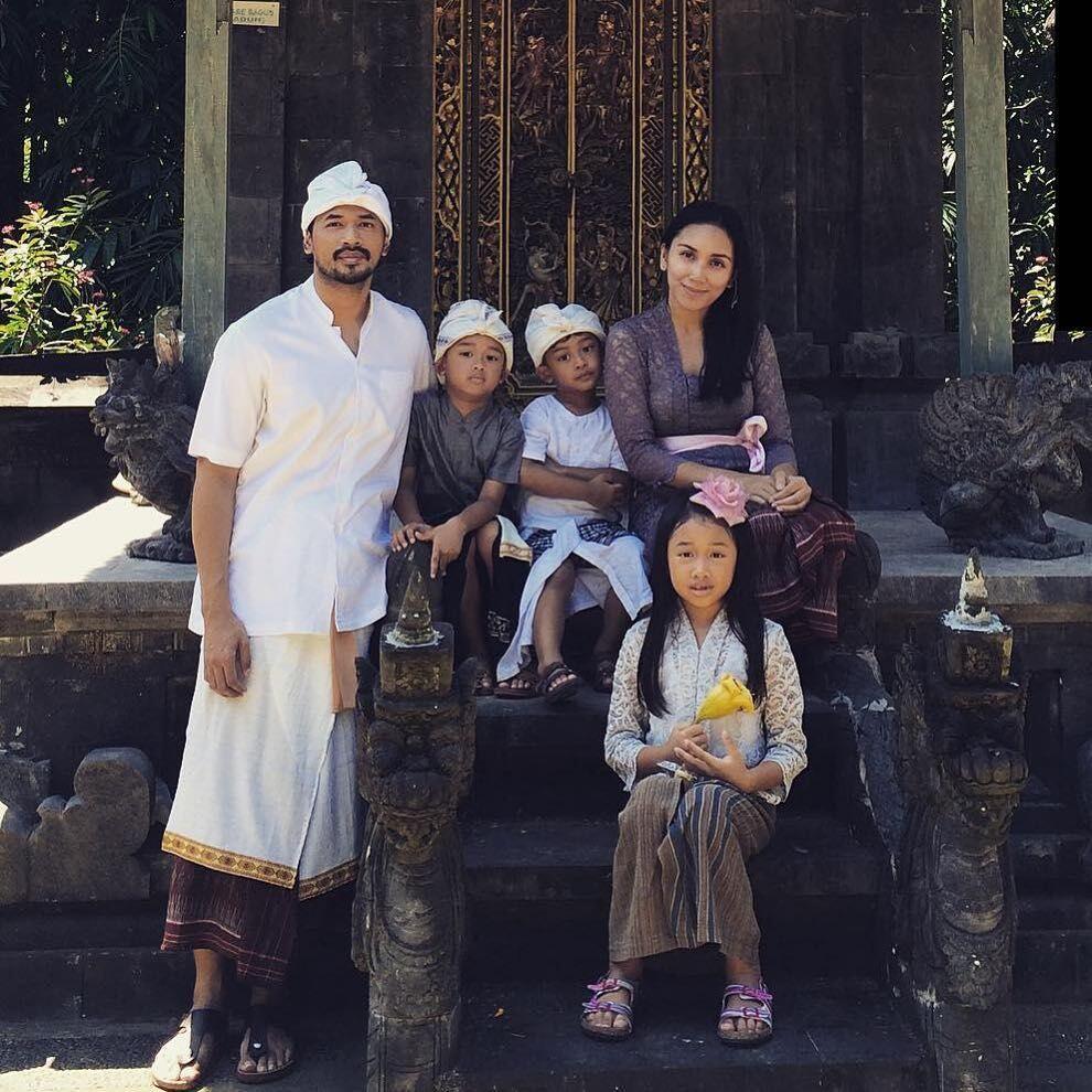10 Tahun Menikah, Ini 10 Potret Harmonis Keluarga Oka Antara