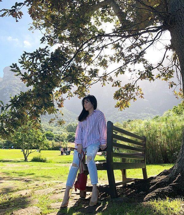 Mama Muda Hobi Traveling? Contek 10 Gaya Julie Taslim Bak Anak Muda
