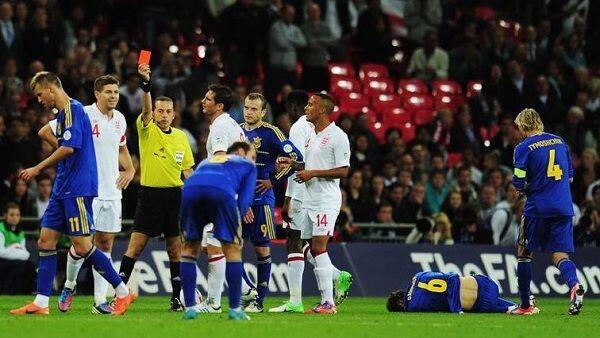 Mengenal Wasit yang Suka Mengganjar Kartu Merah Klub & Tim Inggris