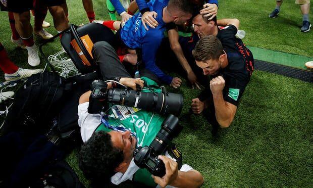 Hasil Jepretan Fotografer yang Ditindih Pemain Kroasia Saat Selebrasi