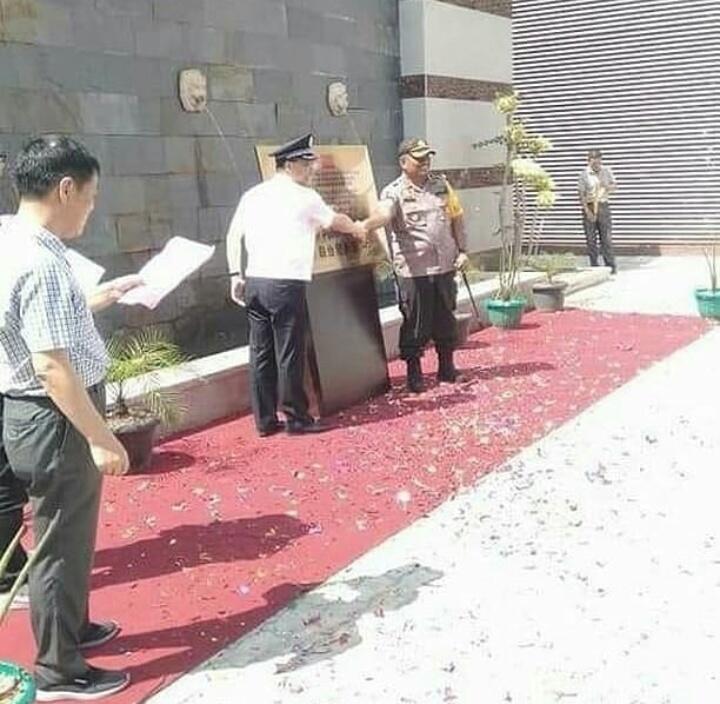 Kapolres Ketapang Kaget Polisi Tiongkok Sodorkan Plakat Kerjasama