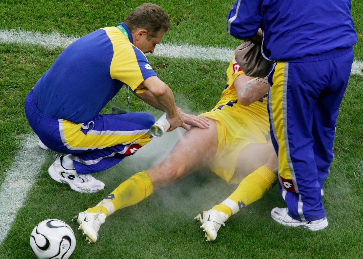 Berbahaya, Ini Kandungan Magic Spray yang Dipakai Tim Medis Sepak Bola