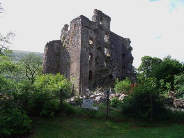 Horror-horror legendaris yang beredar di Skotlandia. Kastilnya ngeri sih.