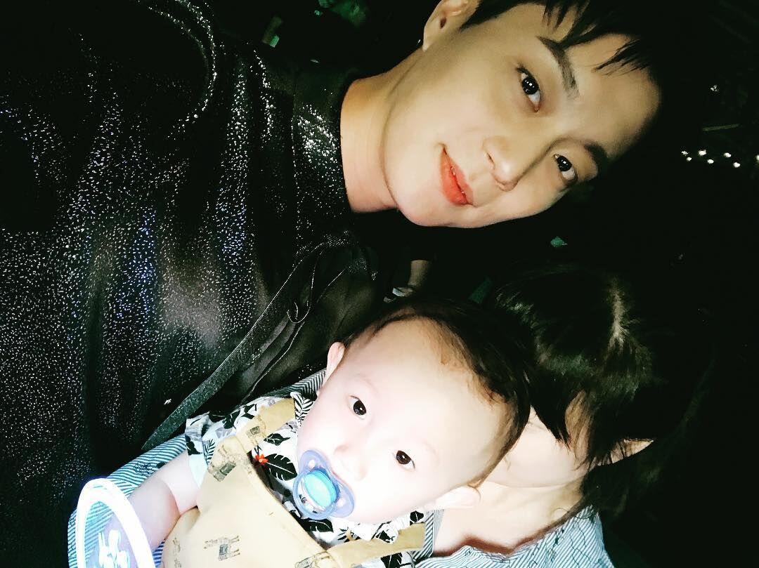 7 Idol KPop yang Sayang Keponakan, Suami Material Nih!