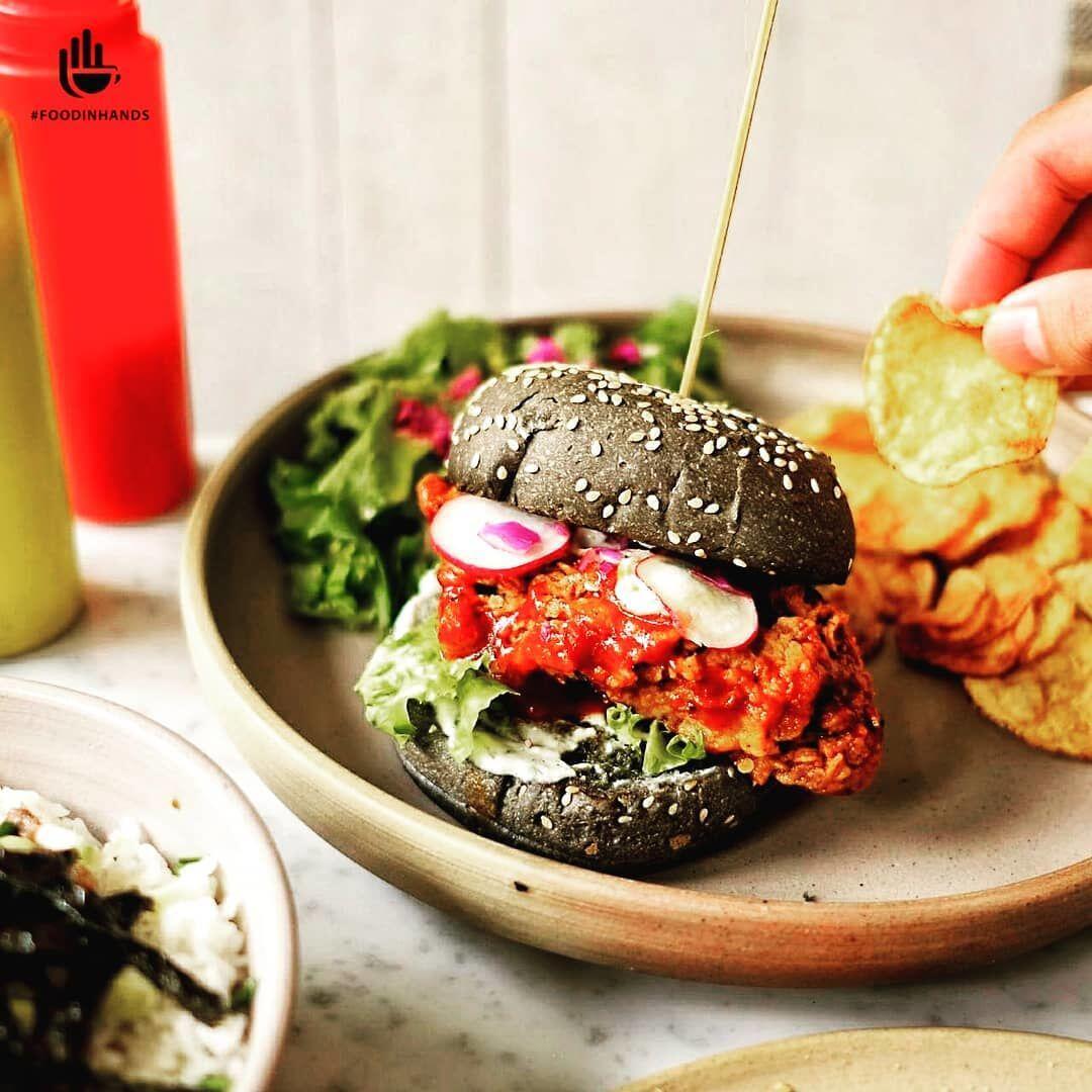 5 Kafe di Jakarta Ini Sajikan Burger Hitam, Menggoda Selera Banget!