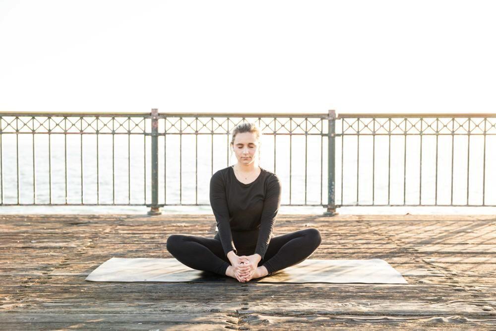 Dengan Mencoba 5 Pose Yoga Ini, Dijamin Tidurmu Akan Selelap Bayi!