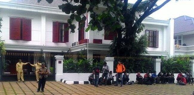 Jelang Pendaftaran, Ada Kepulan Asap Putih Di Depan Rumah Prabowo