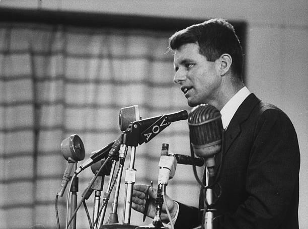 Robert F. Kennedy pernah berkunjung ke Indonesia, lihat foto-fotonya!