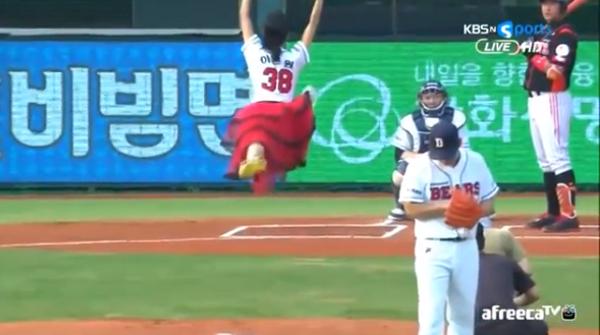Melihat Uniknya Tradisi Seremonial First Pitch di Pertandingan Bisbol Korea Selatan