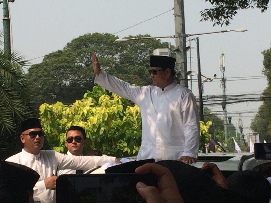 Massa #2019gantipresiden Sambut Prabowo-Sandiaga di KPU