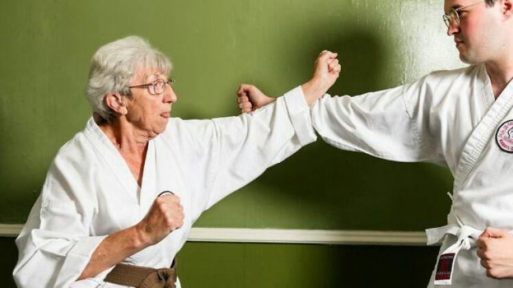 Sembuh dari Kanker Serviks, Nenek 75 Tahun Ini Raih Juara Karate, GOKS!