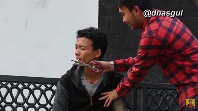 Extreme Gan! Prank Gunting Rokok Orang Tak Dikenal. Bakal Marah Gak Ya?