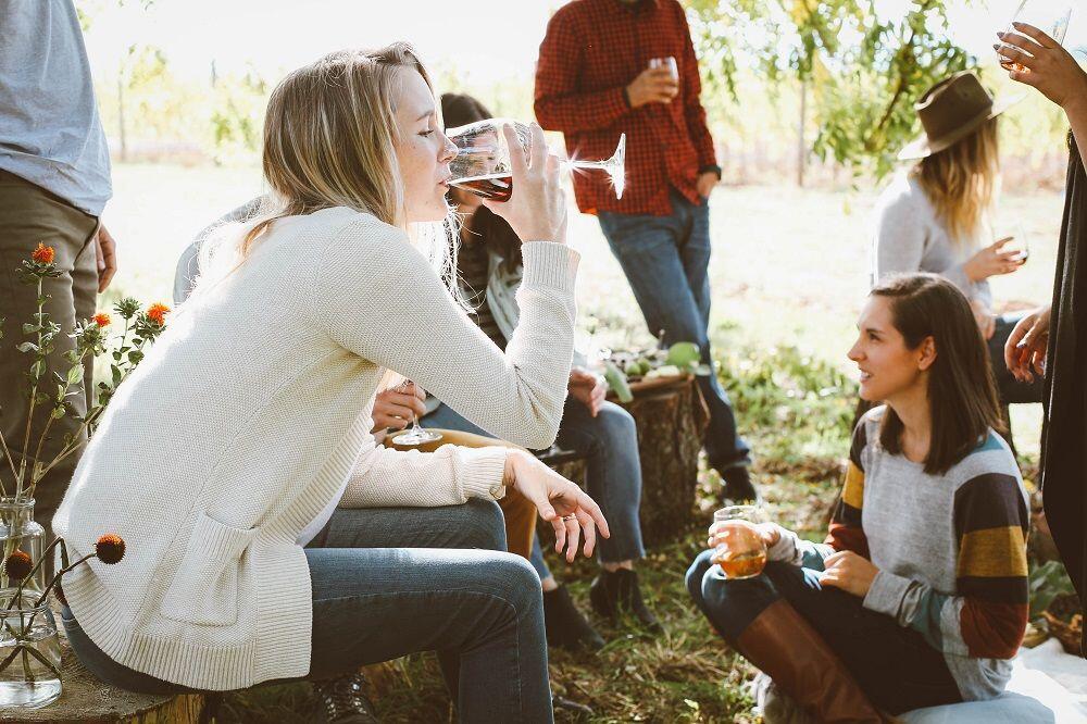 5 Alasan Cewek Selalu Butuh Teman Bicara, Begini Kata Para Ahli!