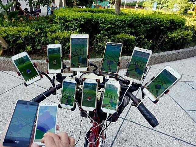 Pokemon Go Hampir Punah, Kakek ini Masih Setia, Bahkan Pakai 11 Smartphone Buat Main!