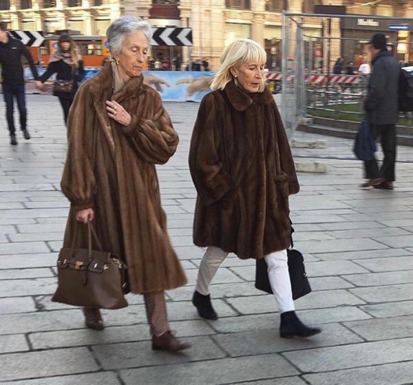 Foto Candid Nenek-nenek Bergaya Stylish, Mana yang Paling Kece?