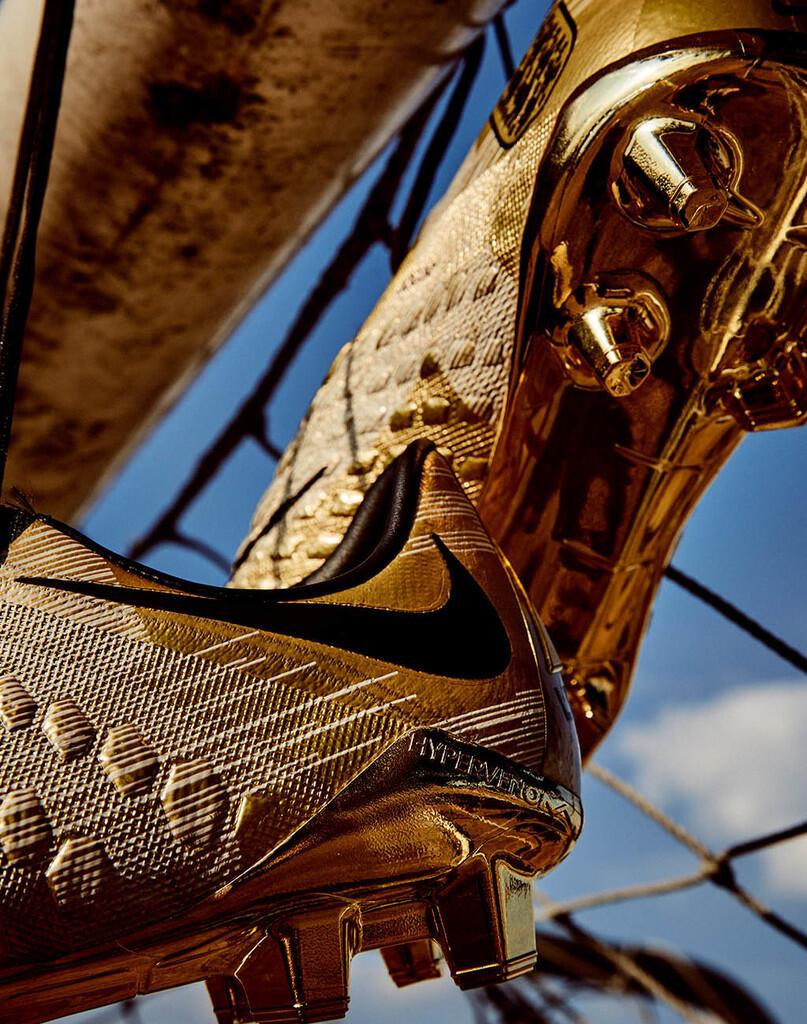 Harry Kane Kantongi Sepatu Emas dari Nike