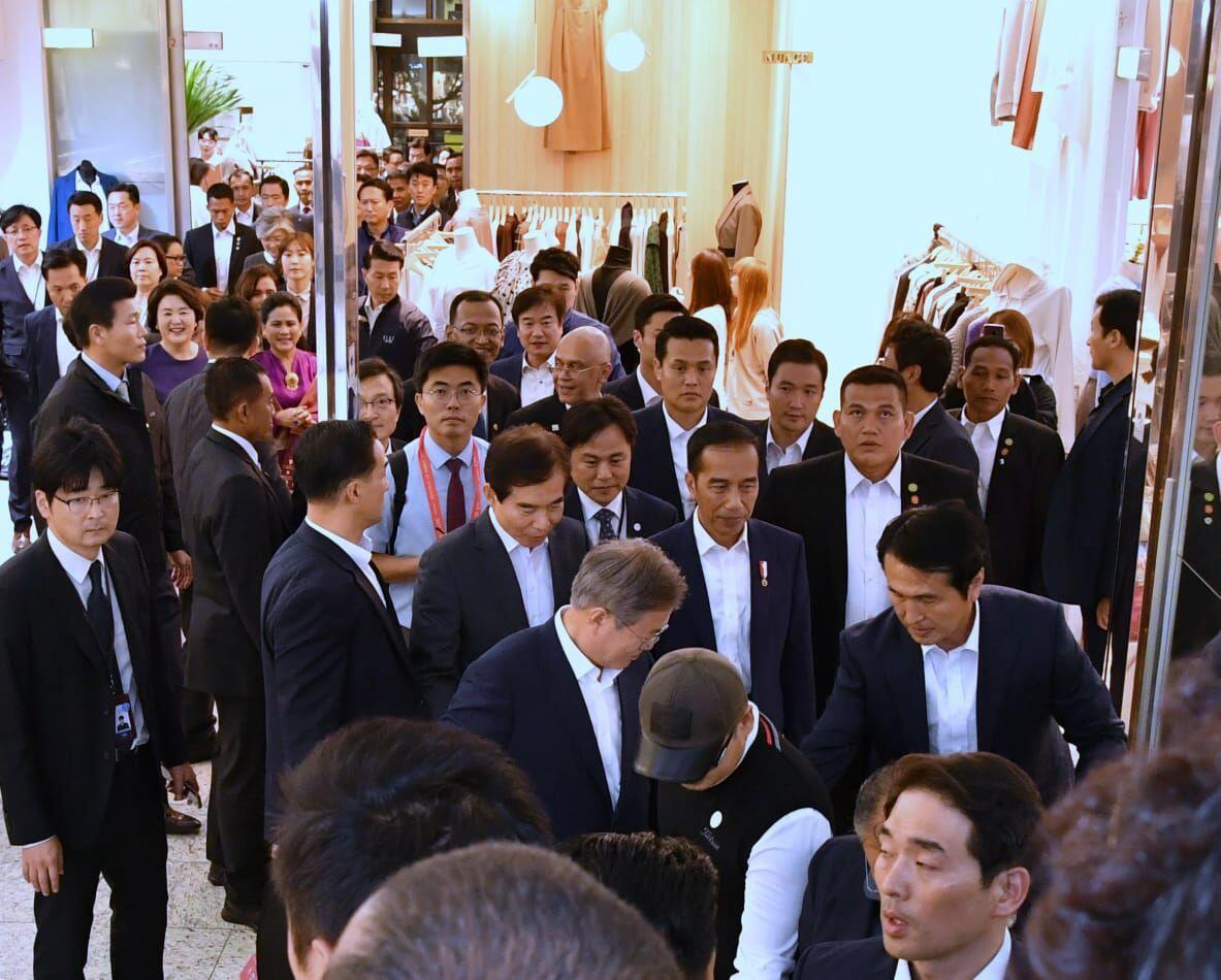 [FOTO]: Jokowi Diajak Blusukan Presiden Moon ke Tanah Abangnya Korsel