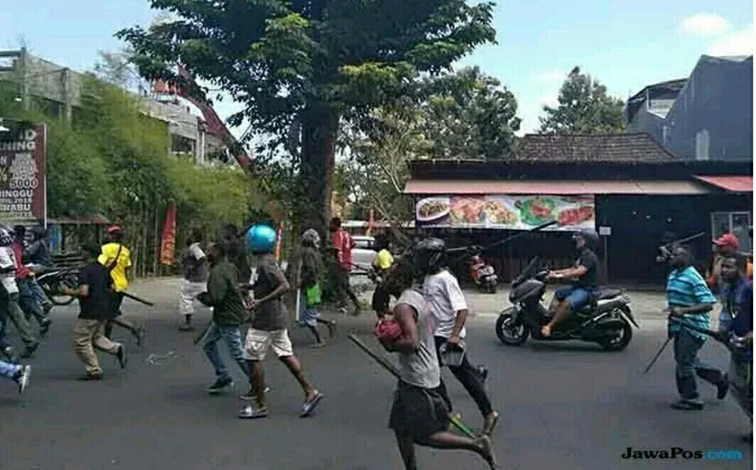 Tenteng Sajam, Warga Papua Sisir Daerah Seturan