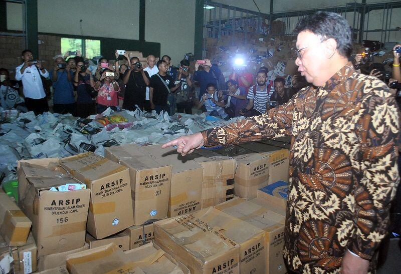 Ribuan E-KTP Tercecer di Hutan, Mendagri: Dianggap Sampah oleh Staf