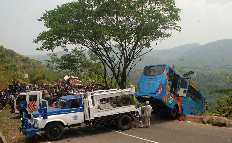 Kurangi Kecelakaan di Jabar,Ridwan Kamil Pasang Road Barrier Tabung