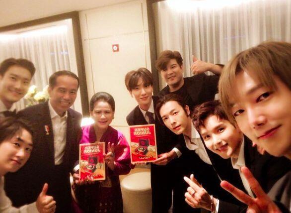 VIDEO: Momen Seru Saat Jokowi dan Super Junior Lakukan Goyang Dayung