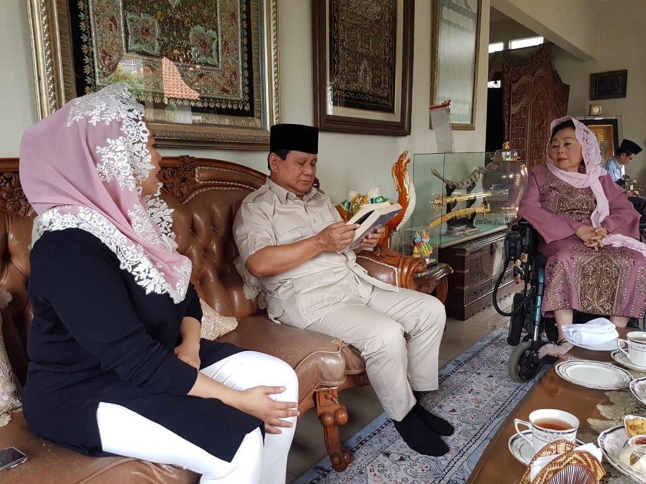 Foto Berbicara Akrabnya Prabowo dengan Keluarga Gus Dur