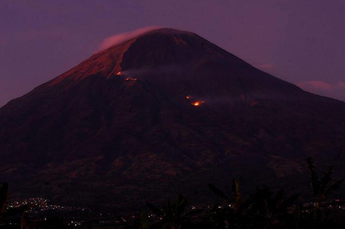 Kebakaran gunung Sindoro-Sumbing dan perkakas misterius