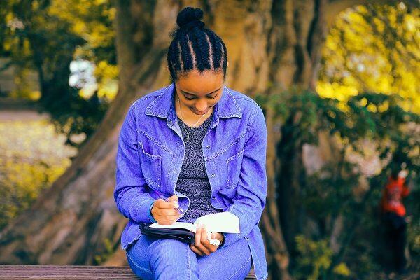 5 Manfaat Ini Bakal Kamu Peroleh Kalau Rajin Membaca Sejak Muda