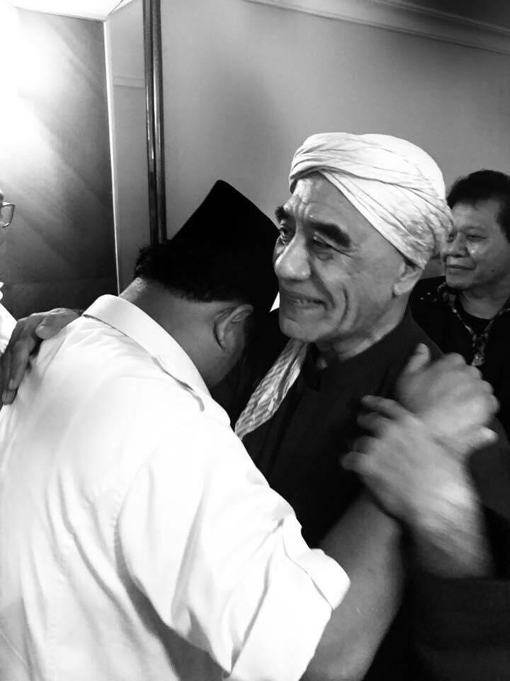 Innalillahi..Prabowo Memeluk Almarhum Kiai Ma'shum Bondowoso