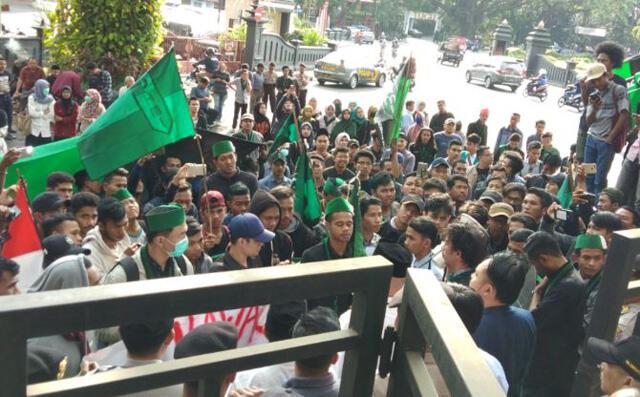 Demo Mahasiswa di Malang Tuntut Menteri Agama Dicopot