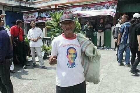 Mengggunakan Kaos Bergambar Jokowi, Kakek Tua ini Dibully