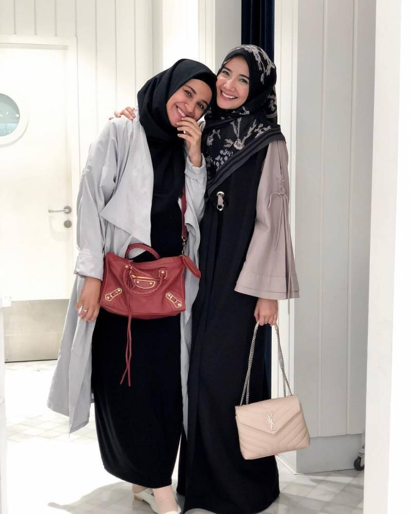Baju Senada sama Saudara? Outfit Ala Zaskia dan Shireen Sungkar Ini Bisa Kamu Tilik!