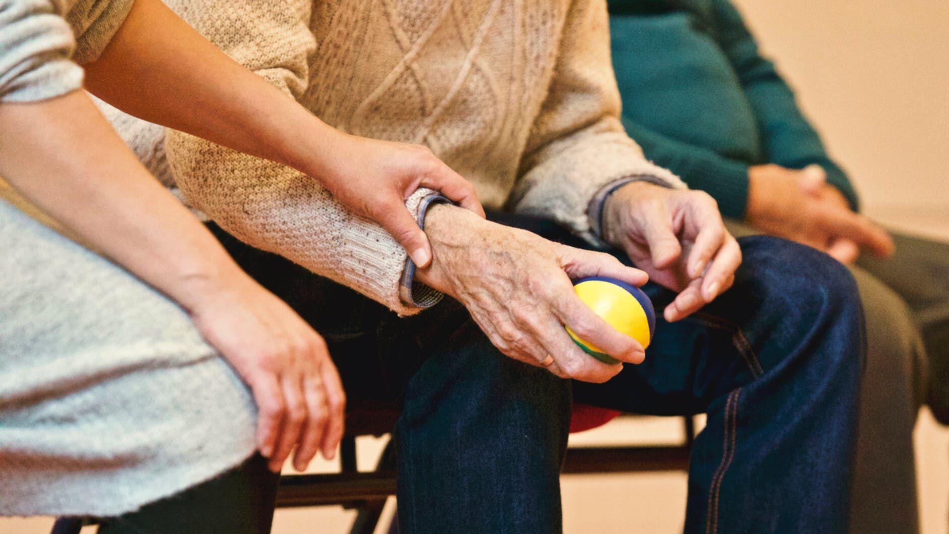 Bukan Manja! Ini 7 Bukti Didikan Kakek Nenek Bikin Kita Jadi Pemberani