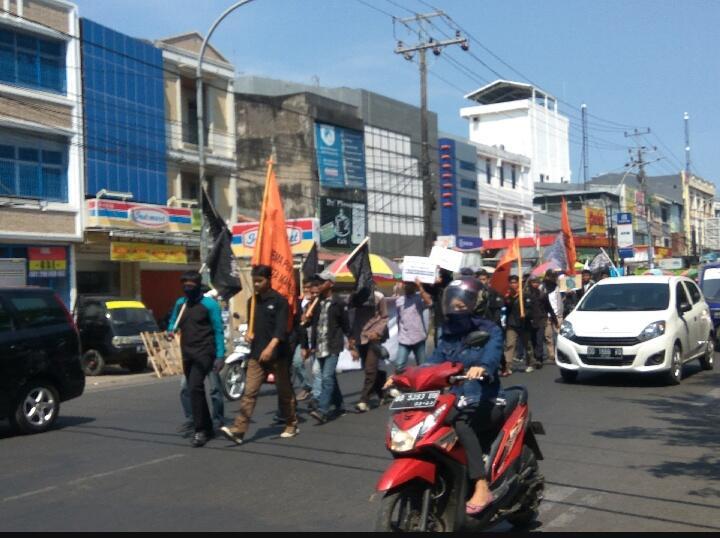 Rupiah Melemah, Mahasiswa Sayap HTI di Makassar Serukan Penegakan Sistem Islam Kaffah